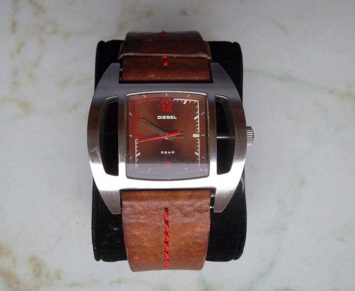 4bc993447405 4.5.2017 Dražba náramkových hodinek zn. Diesel. Vyvolávací cena 600 Kč.  Další informace naleznete v popisu níže.