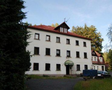 Penzion s pozemky, okres Děčín byl vydražen za vyvolávací cenu 2.035.000 Kč. Odhadní cena 3.490.000 Kč.