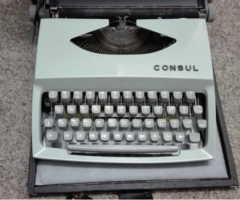 Do 14.9.2017 Výběrové řízení na prodej mechanického psacího stroje Consul. Minimální kupní cena 20 Kč. D