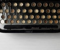 Do 14.9.2017 Výběrové řízení na prodej elektrického psacího stroje Olivetti. Minimální kupní cena 50 Kč.