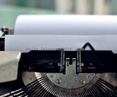 Do 14.9.2017 Výběrové řízení na prodej elektrického psacího stroje Carrera. Minimální kupní cena 50 Kč.