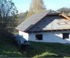 15.1.2018 Dražba rozestavěného rodinného domu a pozemky, okres Vsetín. Vyvolávací cena 810.000 Kč.