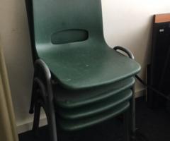 11.5.2018 Dražba židlí s plastovým sedákem v zelené barvě. Vyvolávací cena 100 Kč.