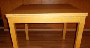 17.5.2018 Dražba stolu Ikea Bjursta. Vyvolávací cena 150 Kč.