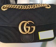 13.7.2018 Dražba dámské kabelky, s nápisem Gucci, černá. Vyvolávací cena 7.000 Kč.