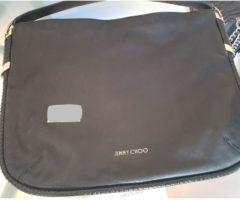 13.7.2018 Dražba dámské kabelky, černá, s nápisem Jimmy Choo. Vyvolávací cena 8.000 Kč.