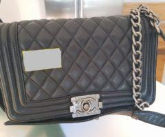 13.7.2018 Dražba dámské kabelky, černá, s nápisem Chanel. Vyvolávací cena 10.000 Kč.