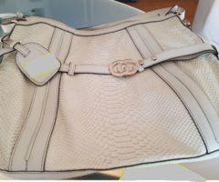 13.7.2018 Dražba dámské kabelky, s nápisem Gucci, béžová, vzhled krokodýl. Vyvolávací cena 7.000 Kč.