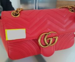 13.7.2018 Dražba dámské kabelky červená, s nápisem Gucci. Vyvolávací cena 7.000 Kč.