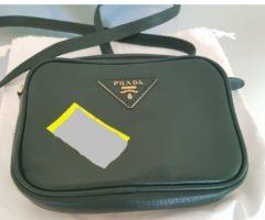 13.7.2018 Dražba dámské kabelky na rameno, zelená, s nápisem Prada. Vyvolávací cena 7.000 Kč.