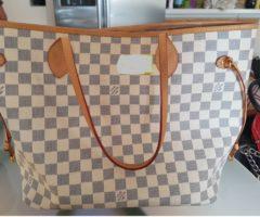 13.7.2018 Dražba dámské kabelky s nápisem Louis Vuitton, bílá. Vyvolávací cena 6.000 Kč.