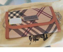 13.7.2018 Dražba dámské kabelky – psaníčko, řetízek přes rameno, s nápisem Burberry, hnědá. Vyvolávací cena 4.000 Kč.