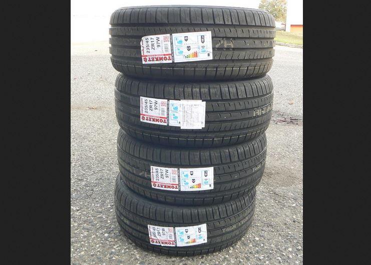 4.12.2018 Dražba sady 4 kusů pneu TOMKEN SPORT 235/45ZR17 97W. Vyvolávací cena 3.000 Kč.