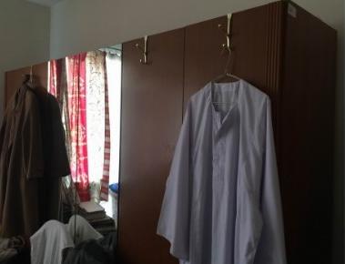29.1.2019 Dražba dřevěné šatní skříně. Vyvolávací cena 100 Kč.