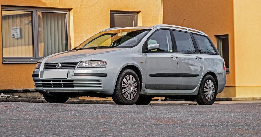 15.2.2019 Dražba automobilu Fiat Stilo. Vyvolávací cena 15.000 Kč.