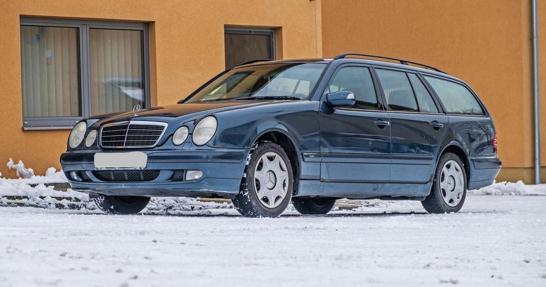 15.2.2019 Dražba automobilu Mercedes – Benz E 280. Vyvolávací cena 10.000 Kč.