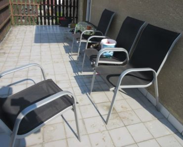 24.6.2019 Dražba venkovních židlí - 4 kusy. Vyvolávací cena 1.500 Kč.