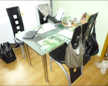 25.9.2019 Dražba nábytku (Jídelní stůl + 4x židle). Vyvolávací cena 200 Kč, ➡️ ID620030