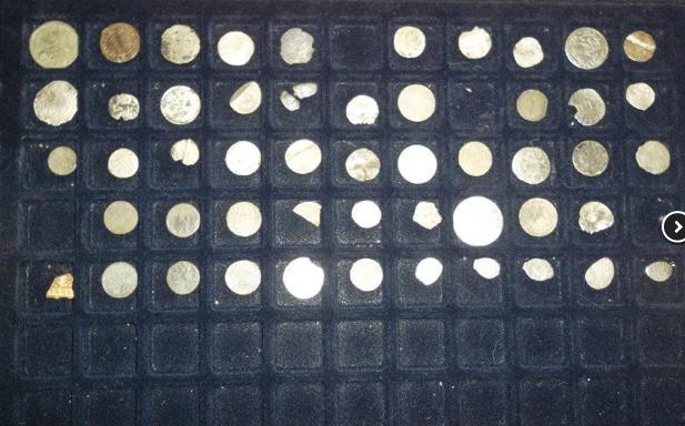 30.10.2019 Dražba souboru kovových nálezů včetně kufříku. Vyvolávací cena 1.240 Kč.