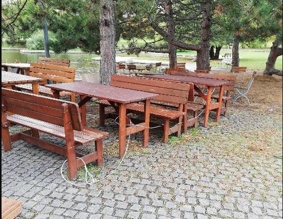 28.11.2019 Dražba soupravy k sezení - stůl a dvě lavice. Vyvolávací cena 1.000 Kč.