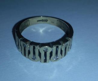 8.1.2020 Dražba zlatého prstenu s kamínky. Vyvolávací cena 1.250 Kč.