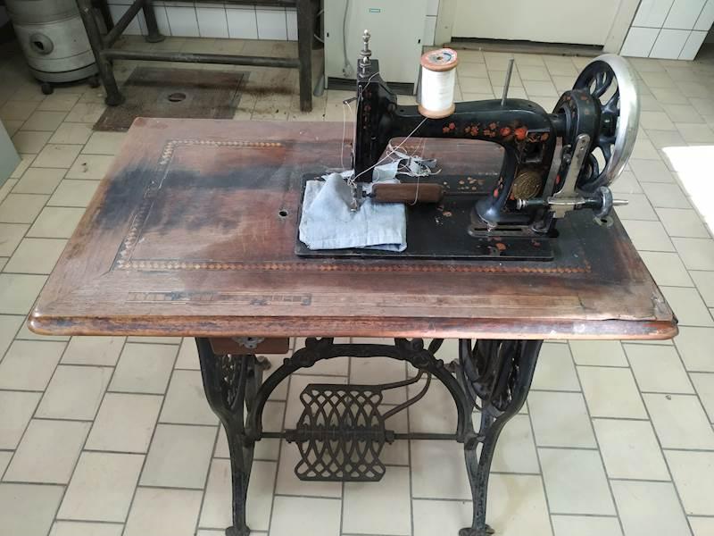 Do 12.2.2020 Aukce stroje (Šlapací šicí stroj zn. Singer). Vyvolávací cena 1.500 Kč, ➡️ ID679741